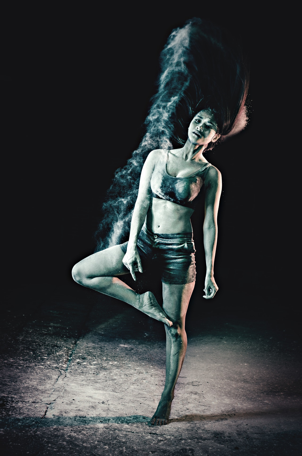 Danser på mørk scene