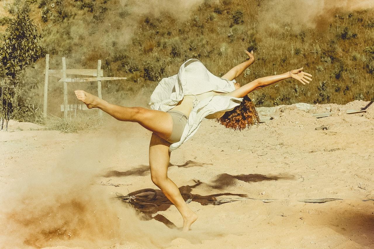 Kvinne som danser i naturen